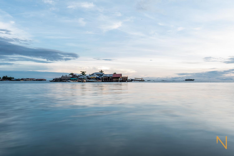El sol se levanta sobre las islas habitadas de  Guna Yala .