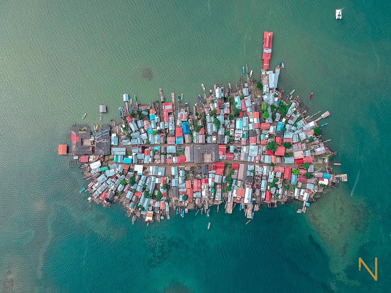 Una vista de Gardi Sugdub desde arriba muestra las dramáticas áreas vacías en el lado sur de la isla causadas por la excavación en el arrecife de coral.