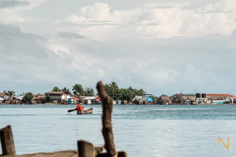 Los Guna comercian, se comunican y se mueven a través de las islas con piraguas básicas.