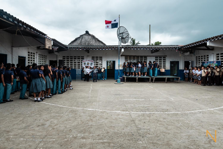Vista de una de las 2 escuelas en  Gardi Sugdub , la cual alberga estudiantes de nivel primario y secundario.