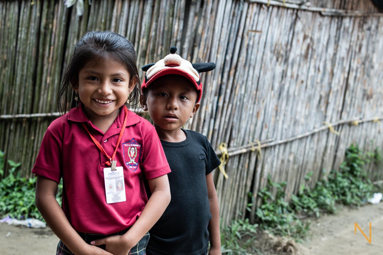 Retrato de Meritxel, con su uniforme escolar y su primo Jonas.