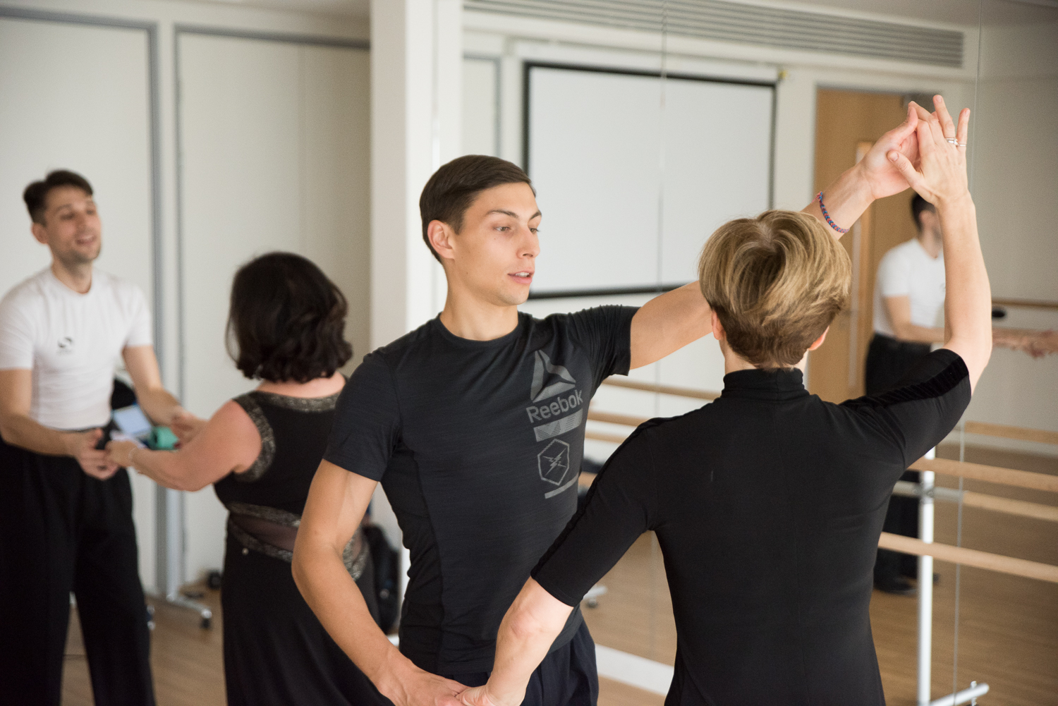 Group-Dance-classes-with-professional-partners