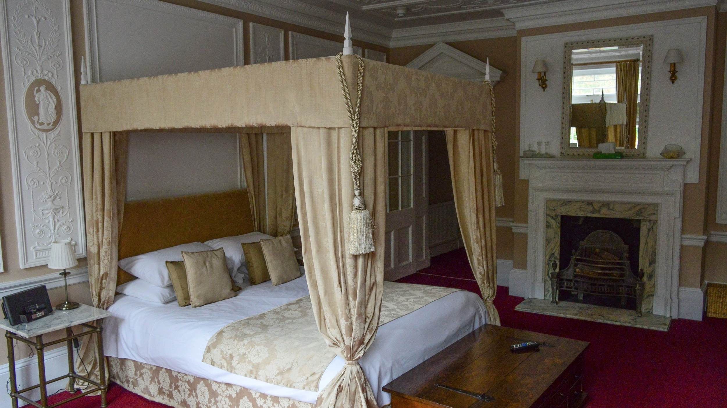 Bay - The Suite £150 per night (April - October)£110 per night (November - March)A truly splendid room furnished with 4 poster Kingsize bed, with its own private balcony overlooking the walls of Arundel Castle.