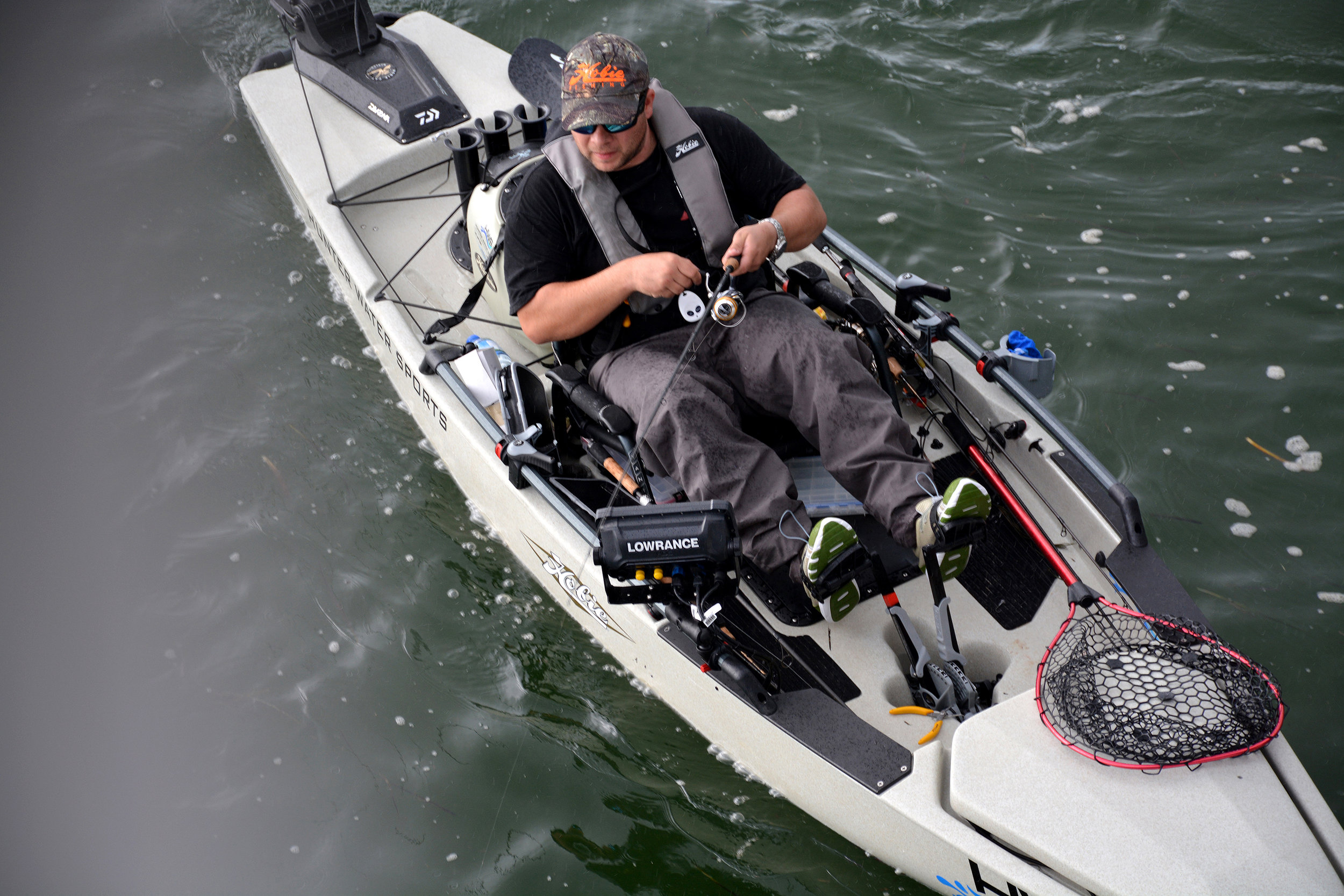 ProAngler14-action-fishing--dune-topview-rigged-livewell-powerpole-BobAUS-9565-lg.jpg