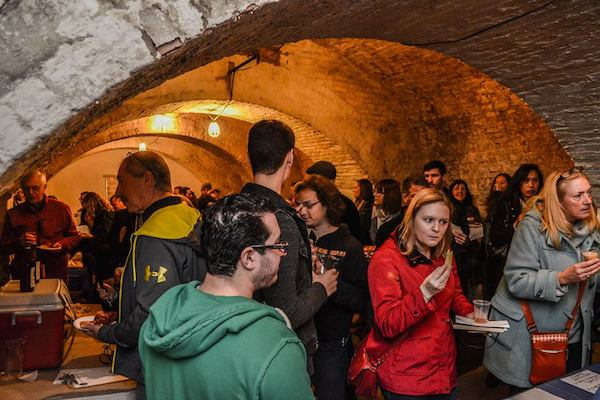 Event-Crowd-CrownFinishCaves-600x400.jpg