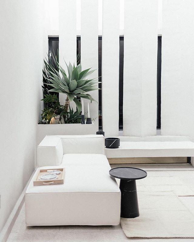 Terrazas cotidianas. Sofá modular Arena y mesa Pedestal, disponibles en nuestra casa @casaquieta . Fotografía: @maritzalaracaceres . . . #furnituredesign #mexicandesign #minimalistfurniture #design #minimalistinterior #designinterior #designinspiration #interiordesign #interiorismo #casaquieta #mexico #mexicocity #handmade #minimalisthome #travelanddestinations #destinations #architecture #minimalism #rsa_minimal #artisan #monochrome
