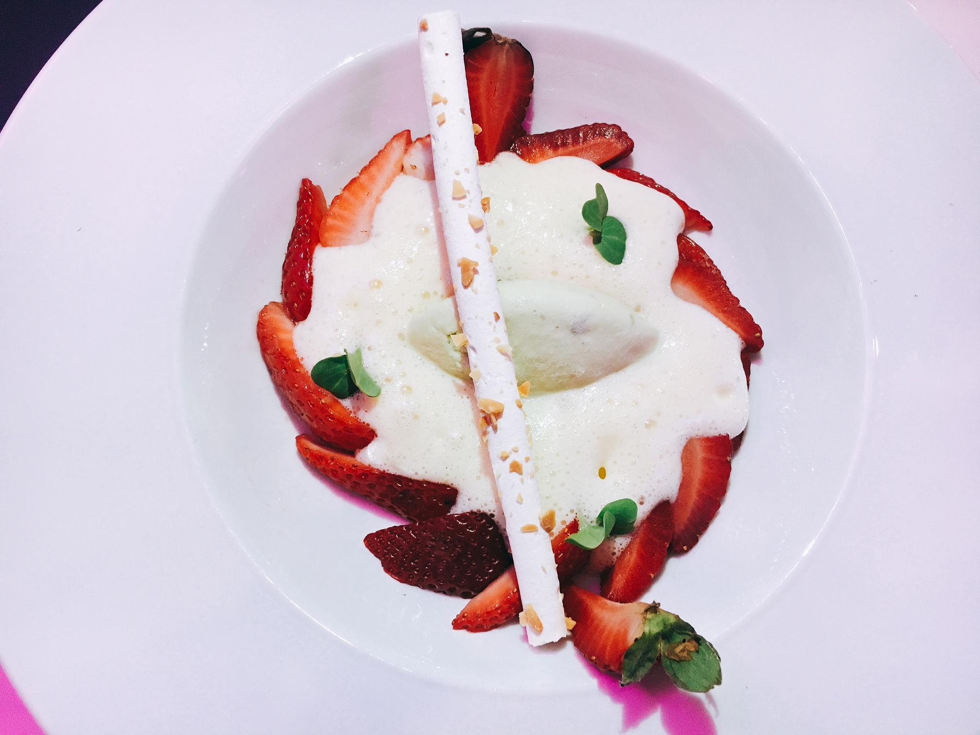 Fresas Fantásticas: Fresas orgánicas del desierto de Los Cabos, sabayon al champagne, helado de pistaches.