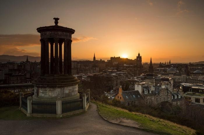 Atardecer en Calton Hill en Edimburgo, la capital de Escocia. Foto de Visit Scotland