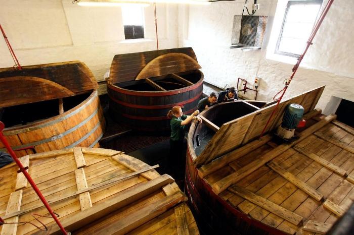 Visita a una auténtica destilería de whisky escocés o scotch. Foto de Visit Scotland.