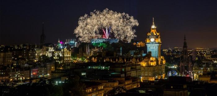 Fuegos artificiales en el Castillo de Edimburgo. Foto Visit Scotland