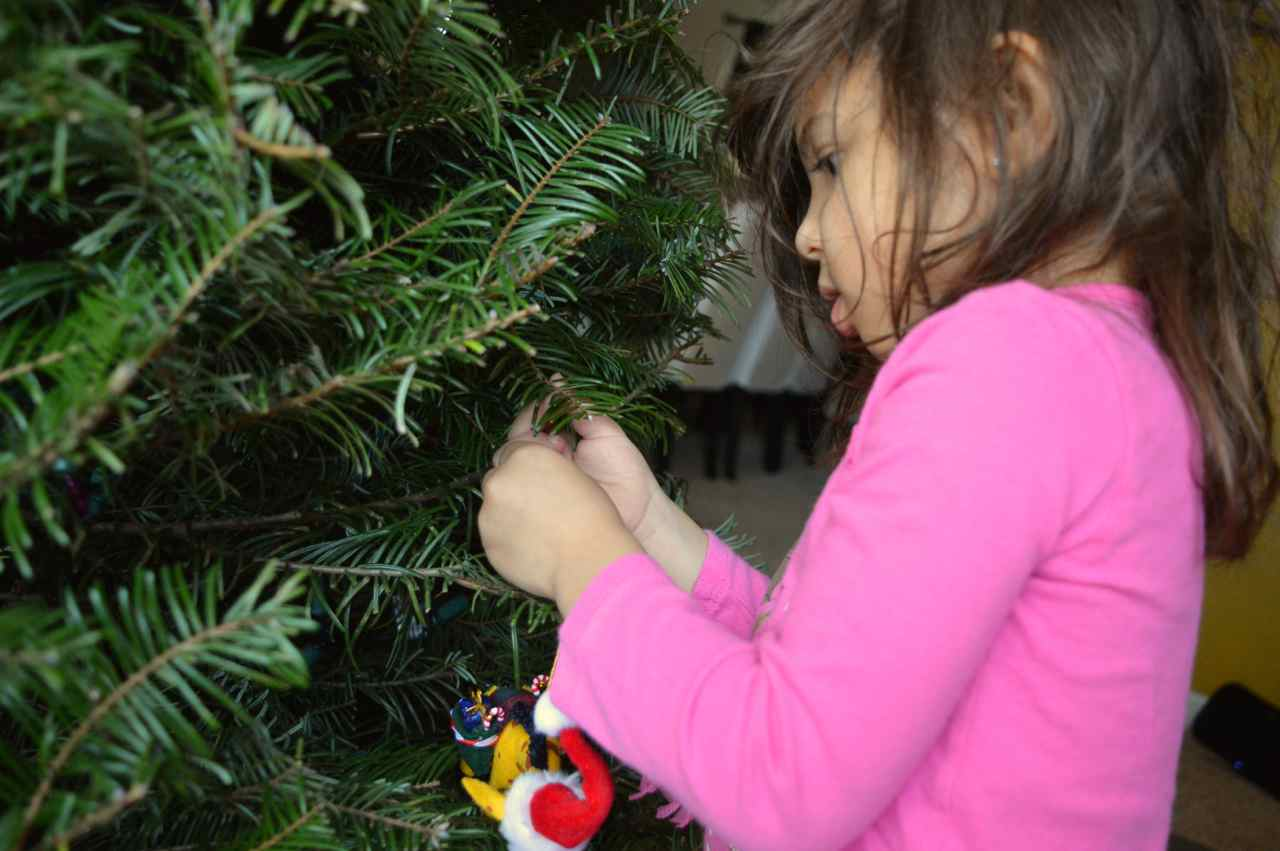 Christmas-decorating-with-toddlers-7.jpg