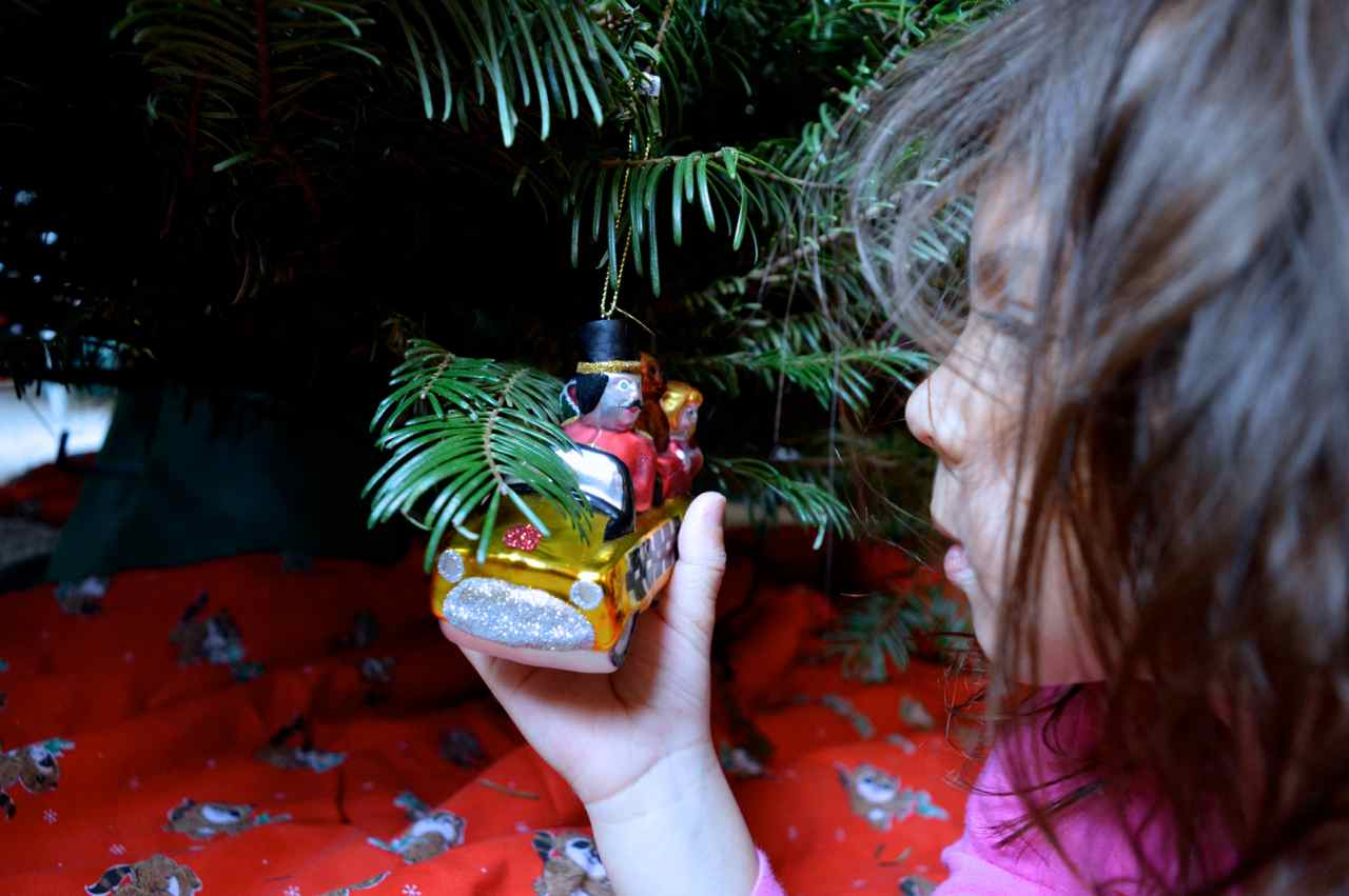 Christmas-decorating-with-toddlers-10.jpg