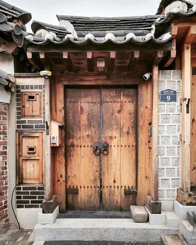 • a #doortrait for today. happy sunday, guys. •⠀⠀⠀⠀⠀⠀⠀⠀⠀ •⠀⠀⠀⠀⠀⠀⠀⠀⠀ •⠀⠀⠀⠀⠀⠀⠀⠀⠀ •⠀⠀⠀⠀⠀⠀⠀⠀⠀ •⠀⠀⠀⠀⠀⠀⠀⠀⠀ •⠀⠀⠀⠀⠀⠀⠀⠀⠀ #korean_adventure #seoul #seoullovers #seoulmate #seoultrip #seoultravel #seoultour #travel_seoul #seoulstyle #seoulgarden #seoulsecret #outthere #seoulsearching #seoulstreet #exploreseoul #wheninseoul #mytinyatlas #beautifuldestinations #traveldeeper #wonderfulworld #iamatraveler #travelawesome #exploretocreate #thehappynow #GalaxyS10+ #WithGalaxy #SamsungSnapshooter ⠀⠀⠀⠀⠀⠀⠀⠀⠀ #SamsungDeutschland #TeamGalaxy