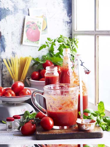 Celebrating Italian cooking - Tomatoes are at the heart of Italian cooking and they are now super sweet. Let's cook some pasta, pizzas and risotto dishes and spend a few hours in Rome!75€ per head for 4 hours cookingincl. all equipment, ingredients, refreshments and lunch.6 places available