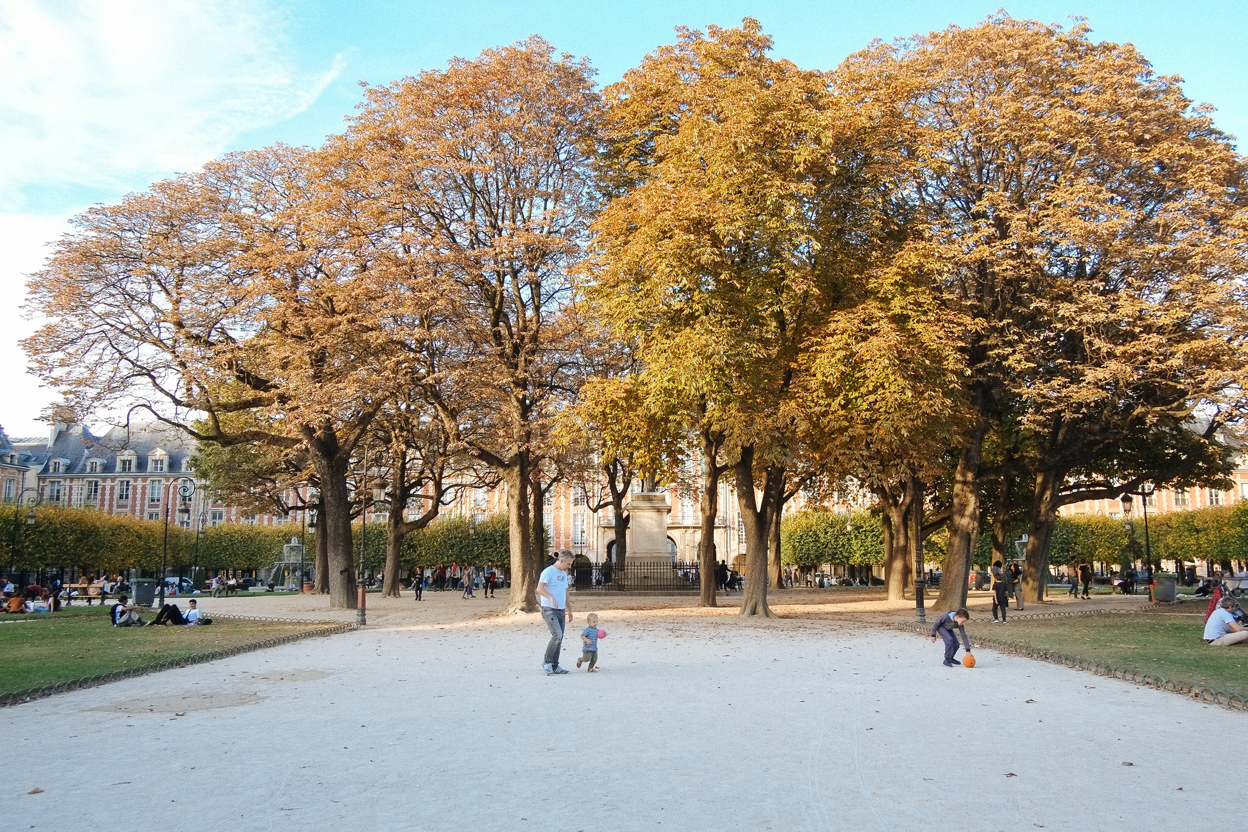 Jardin du Palais Royal, Paris - 2018-10-13: After a quick photo stop at the Louvre Museum - yea we were on a budget ok, we couldn't be bothered to go inside. A stroll in the park seemed fitting right before sundown.