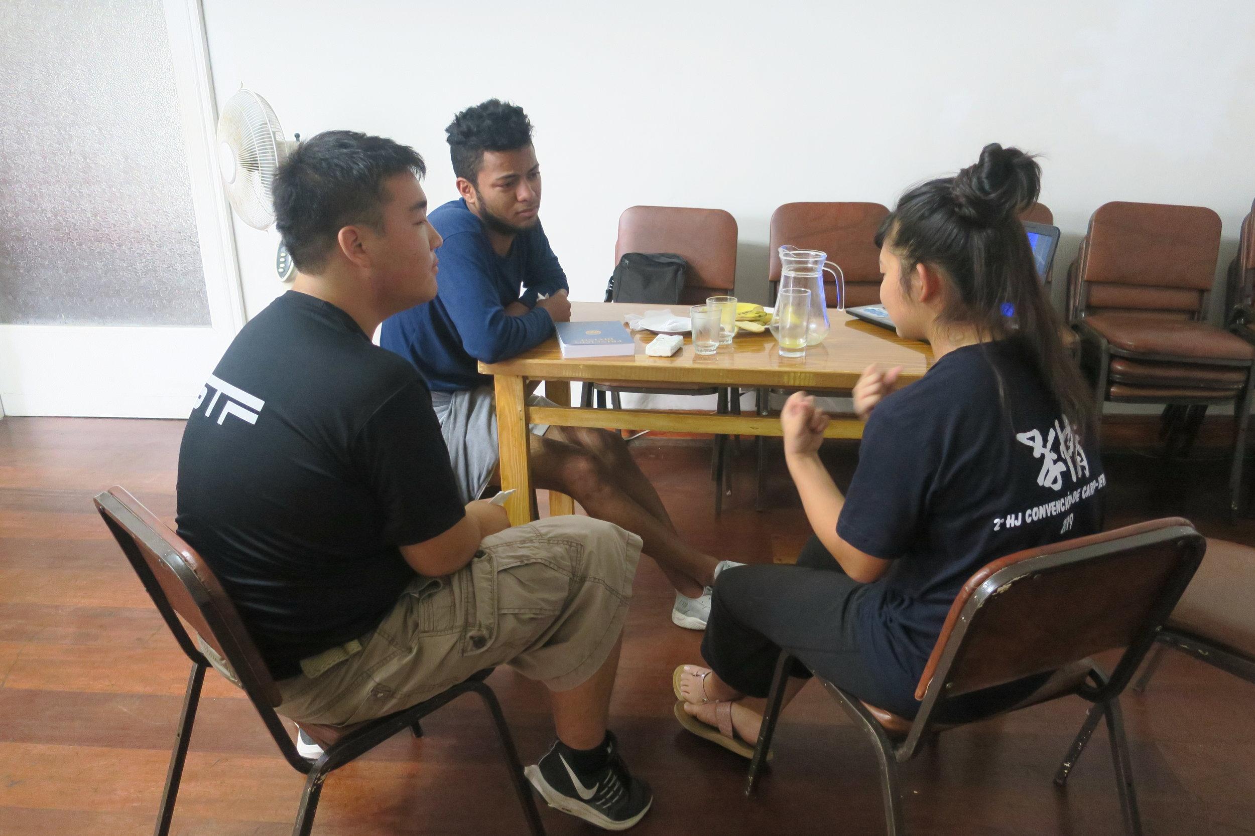 Kana Ishii and Sotetsu Honda sharing about CARP to Christofer Gonzalez.