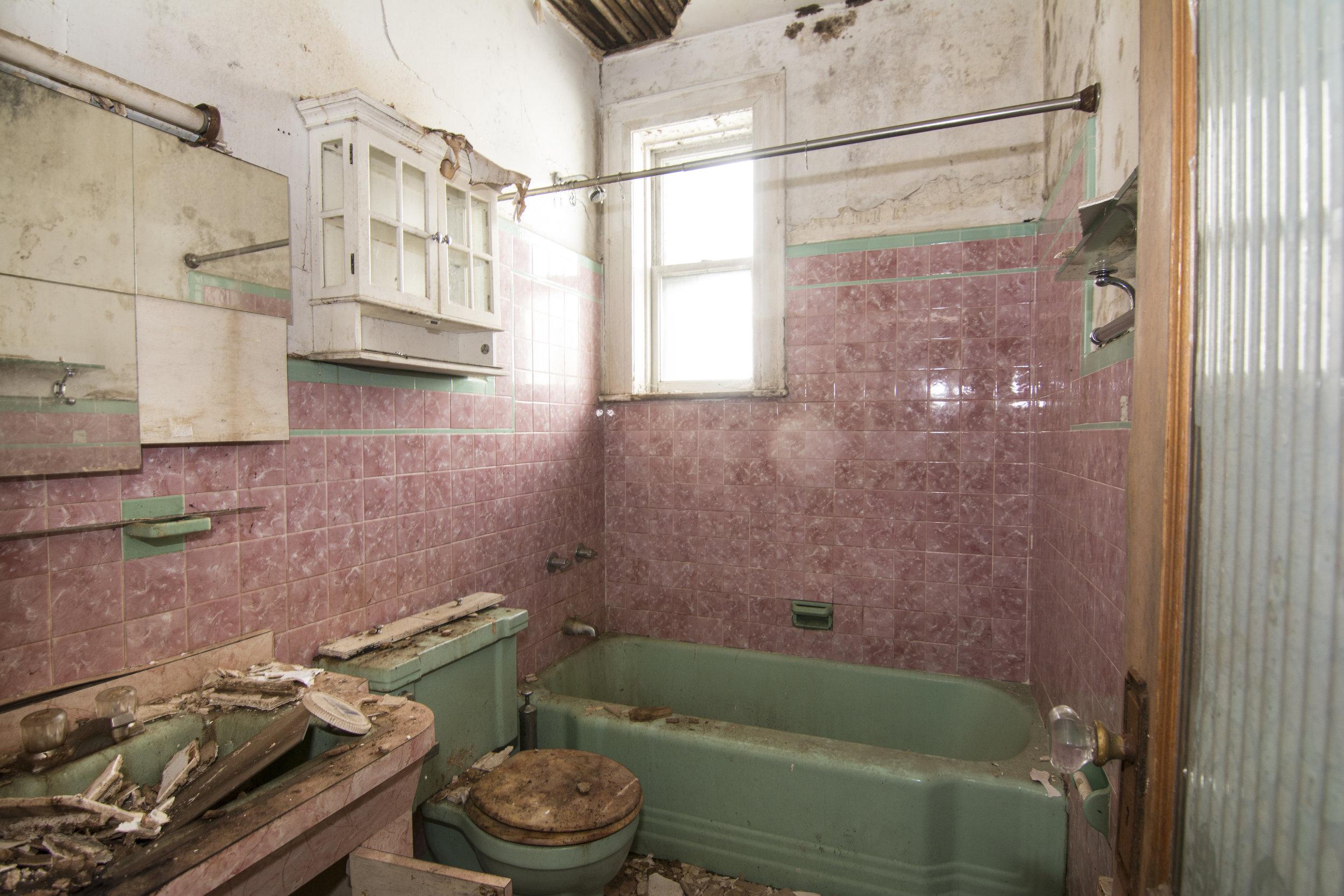 507 Fairview Bathroom.jpg