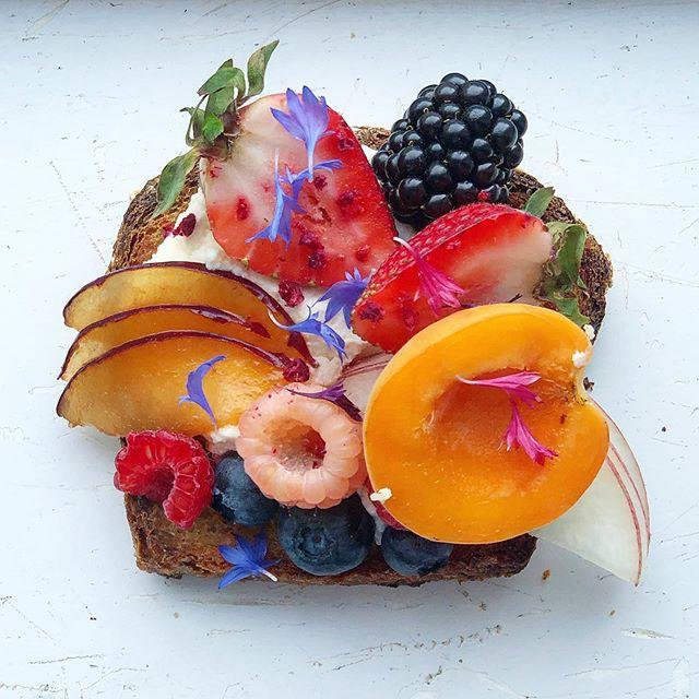 #toast  #ricotta + 🍓 + honey oat ✨