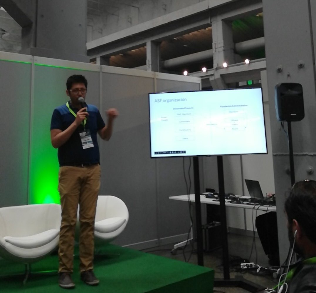 Ismaël Mejìa  talking about ASF and The Apache Way. (Photo by  Magnolia )