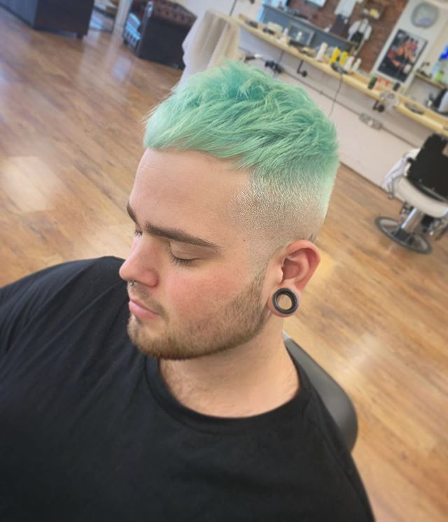 """Cut and colour by @_charlottebiggs . Lifting the hair slow and low on that 6% with wella blondor, then dropping @sknhead_london """"silver fox"""" purple shampoo to neutralise any orange or yellow pigment. @guytang_mydentity direct dye """"Mint Of Steel"""". Modelled on the lovely @adamlevy.barber aka skateboard aka mini club #boyabouttownbarbers #menshair @menshairuk @hairmencutz"""