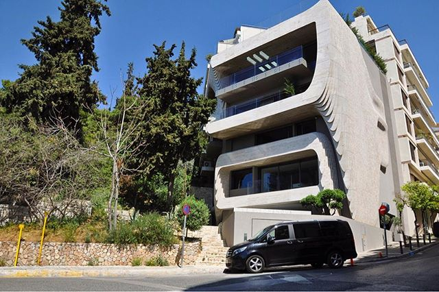 Nestled at the foot of Lykavitos Hill, this superbly designed building, which includes a swimming pool with amazing views of the city, is one of the coolest in Athina, and definitely one of our favourites.  Designed by architect Dimitris Tsigos of @omniviewdesign . . . #Athens #architecture #kolonaki #Greece #Europe #streetphotography #birdseyeview #ancientgreece #concretejungle #instalove #instaphoto #athensgreece #lycabettus #tourism#city #urban #architecture #lifo#athensvoice #lostathina #athensvibe#travel #love #ig_athens #ig_greece #cityscape #in_athens #athinology #tourist #photography