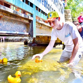 Matt Wheeldon grabbing the winning duck 2014.JPG
