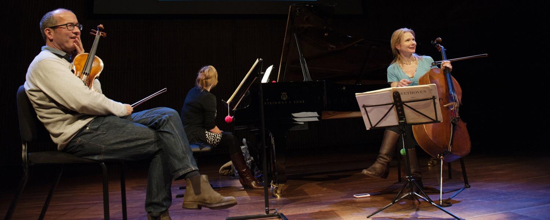 deze foto is eigenlijk een orkestfoto ( KCO Met Leonard Bernstein, misschien op de orkest pagina? hier kan misschien een foto van het Jubileum concert van het Osiris Trio ( van Annemarie Bax)