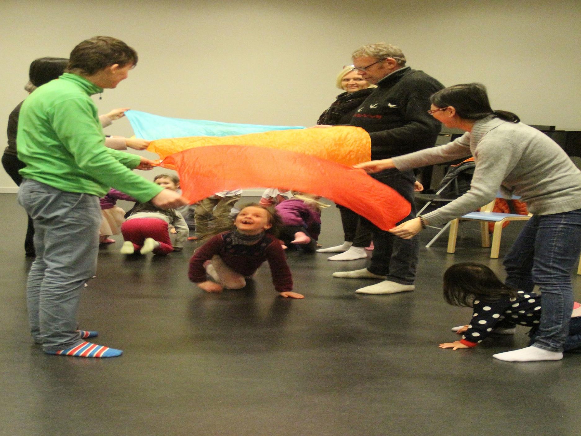 foreldre og barn kreativ lek.JPG