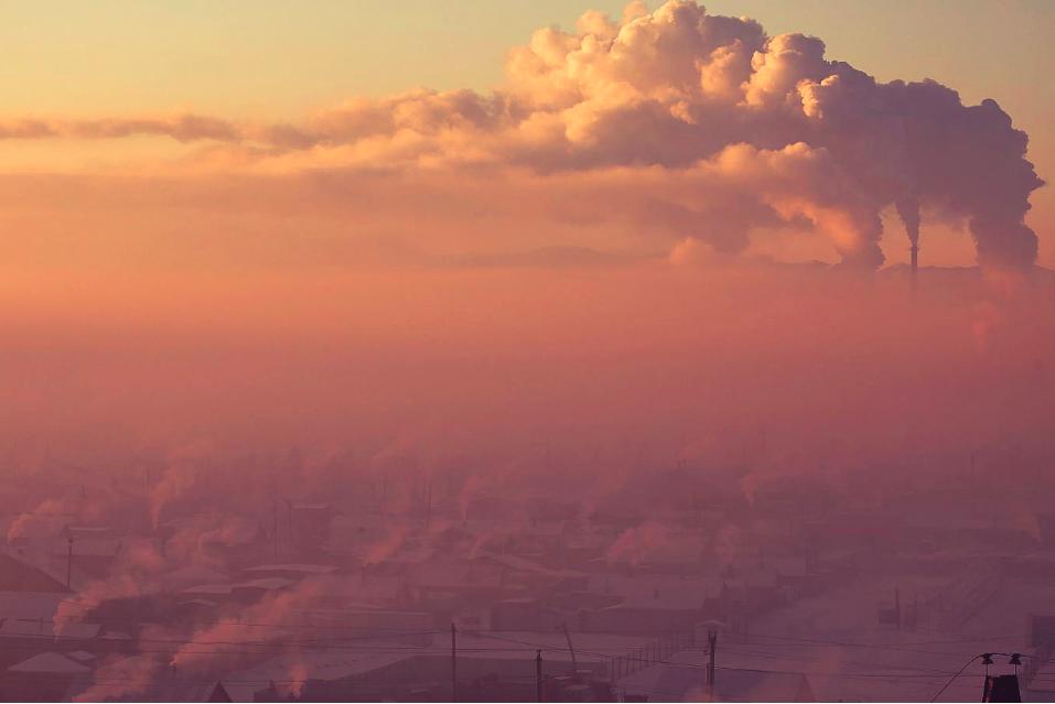 有毒的空气污染——影响发展中国家98%的5岁以下儿童——覆盖了蒙古首都乌兰巴托的寒冷。图片来源:路透社/ B. Rentsendorj