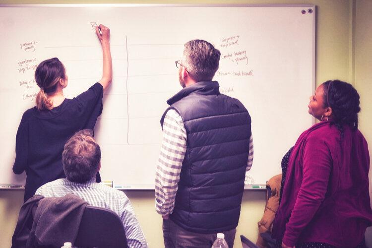 从战略到行动——我们创建简报,并与外部盟友建立联系。或培训内部员工管理活动和实施战略。我们甚至会在订婚结束后登记。