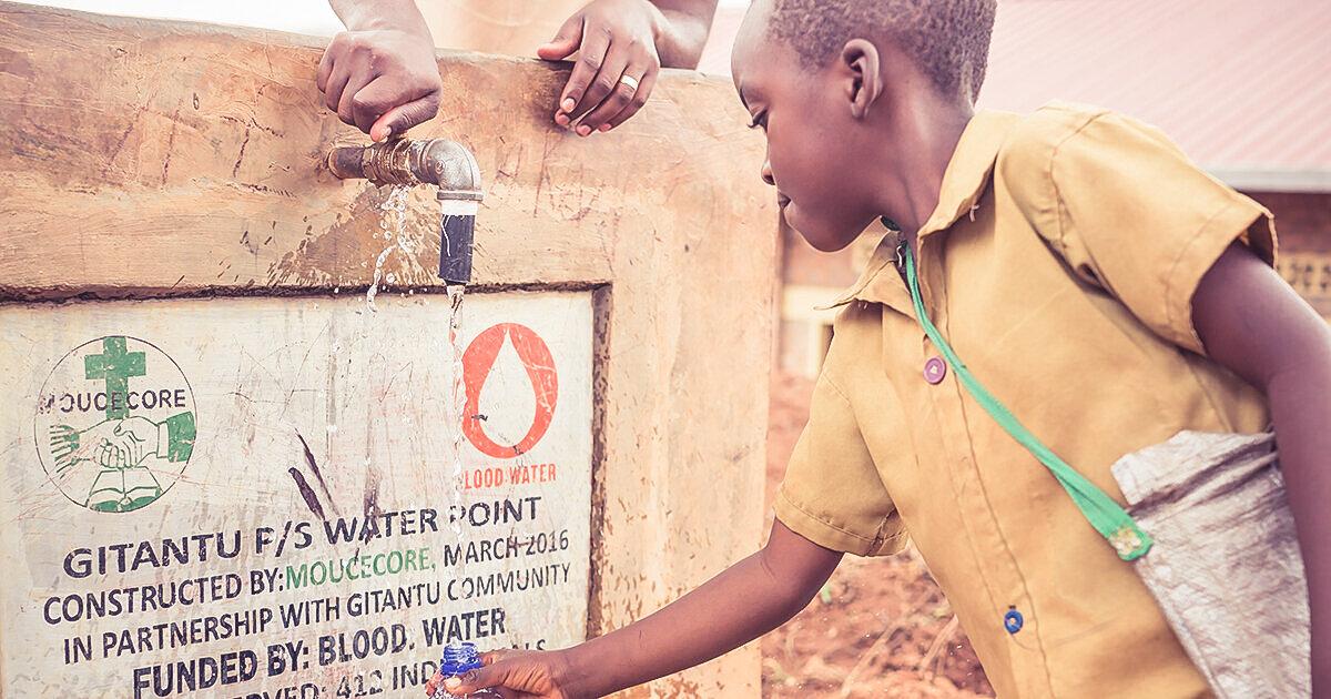 """Blood:Water与当地领导的非洲非营利组织合作,提供技术、资金和组织支持。他们的愿景宣言是最好的:""""分享看到艾滋病毒/艾滋病和水危机结束的喜悦和奇迹……"""