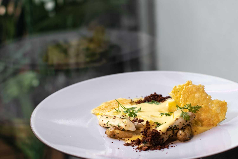 Hvit asparges med hollandaise står på menyen når det er sesong.
