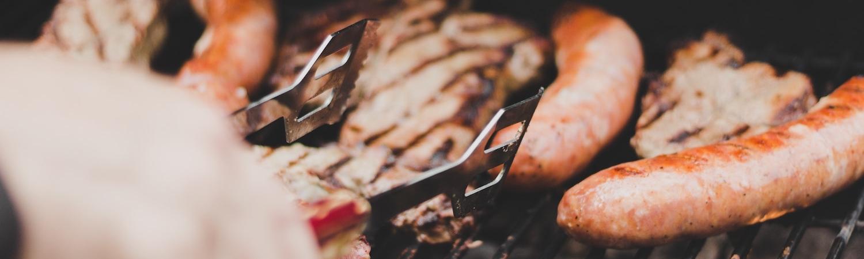 Barbecue, let's the sun shine! - Dès que les beaux jours pointent leur nez, nous rêvons tous de barbecue.... Et pour que vous en profitiez pleinement avec vos invités, La Gourmandine se glisse derrière les grills àvotre place. Saveurs, convivialité, ambiance authentique et joyeuse : vive les beaux jours !