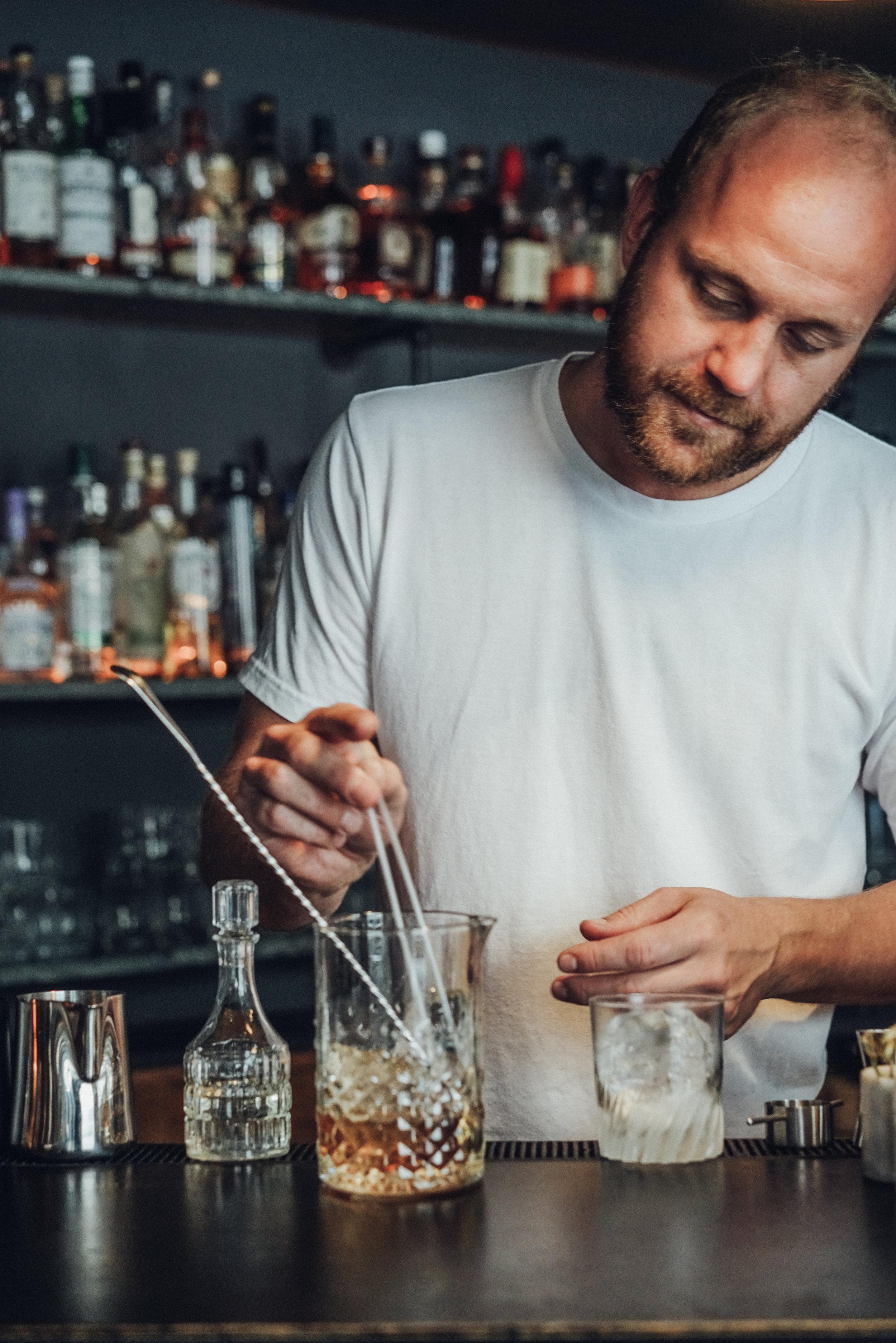 Kasper Riewe Henriksen making a cocktail step 4