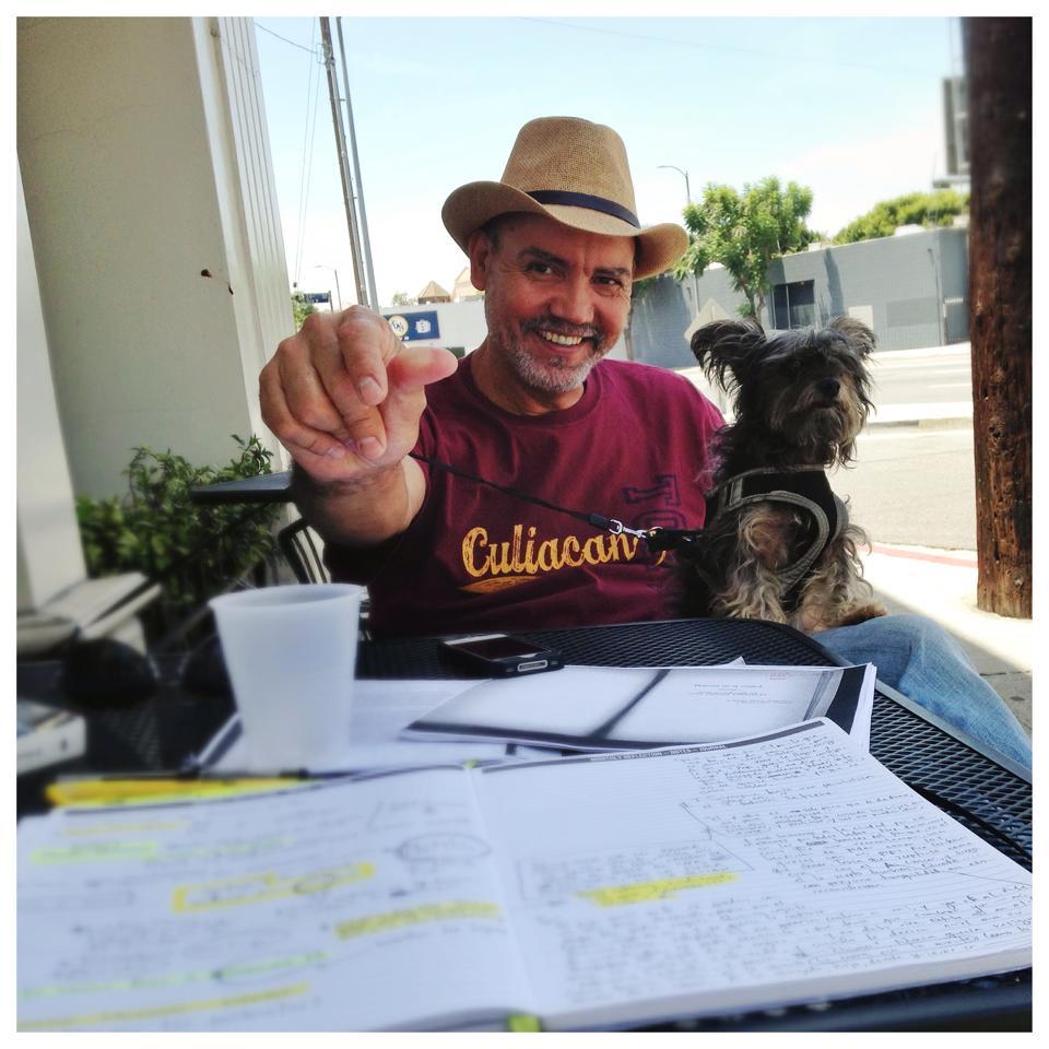 Chima en 2014, reuniéndose con el dramaturgo Víctor Vázquez para trabajar sobre las ideas que eventualmente se convertirían en La Víspera.    Chima in 2014, meeting with playwright Victor Vazquez to work out the ideas that would eventually become  La Vispera .    Foto/Photo:Victor Vazquez.