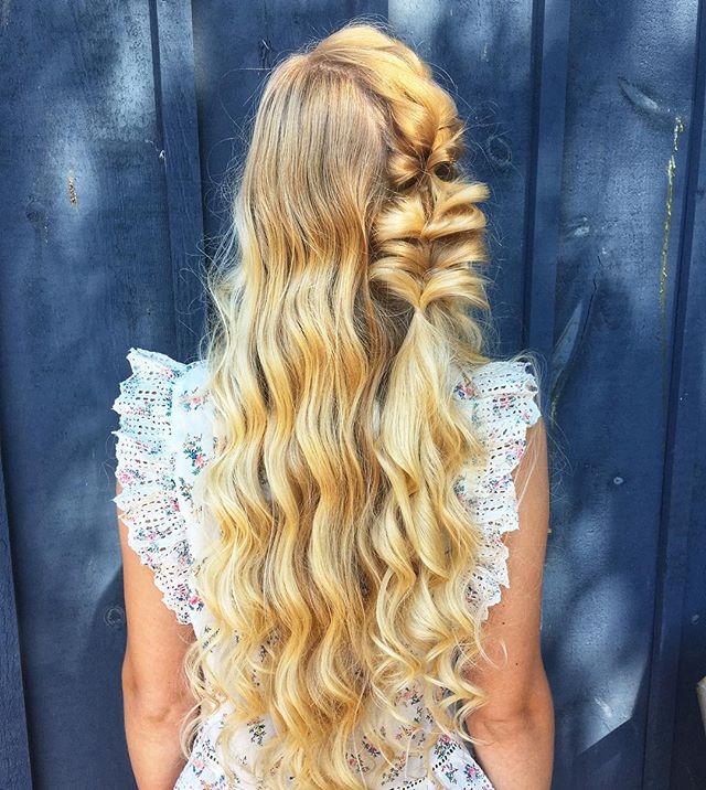 Loving the blonde against blue 😍 • • • • • #hairfashionandbridal #bohostyle #boho #blonde #curls #saloncentric #modernsalon #behindthechair #ittakesapro #cosmoprofbeauty #dahair #beyondtheponytail #beautylaunchpad