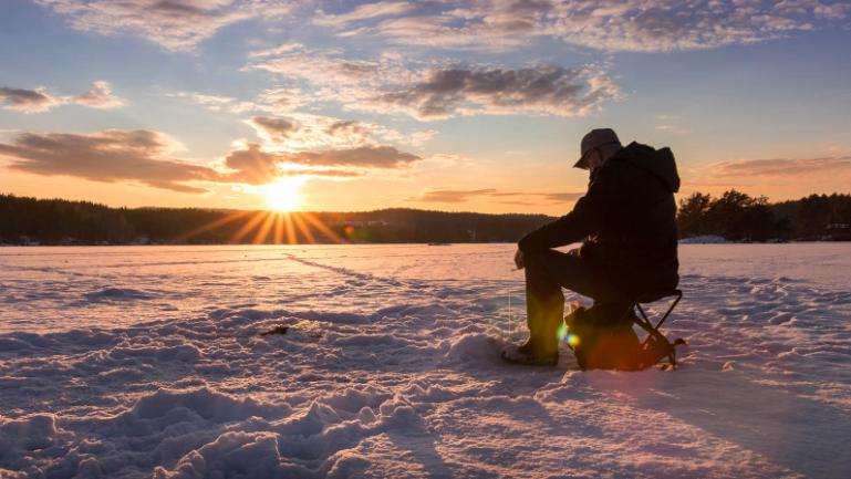 冰上垂钓  在专业教练的带领下,我们将走到结冰的湖上,亲自动手凿出一个大洞,拿上钓具,静静等待鱼儿上钩。即使没有钓上鱼,湖上茫茫的雪景也值得一看。包含保暖装备,钓鱼工具和热饮。   阅读更多