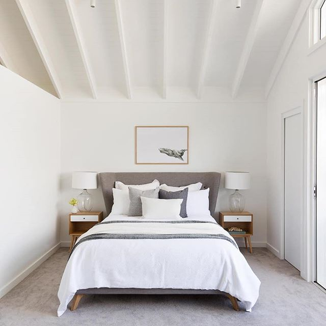 Dreamy coastal bedrooms that we could imagine relaxing in. Architecture @jdastudio Photography @simonwhitbreadphoto Styling @triostyleco
