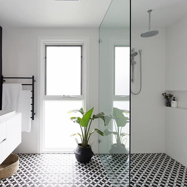 A bold floor tile can create an eye catching bathroom for your next home, and we love the black and white in this one! Architecture @jdastudio Photography @simonwhitbreadphoto Styling @triostyleco