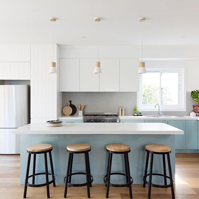 It is great to see the colour choice in kitchens to mix up the home. We have added some black stools to compliment the other features that have oak tops to tie in with the pendant light fittings. Architecture @jdastudio Photography @simonwhitbreadphoto Styling @triostyleco