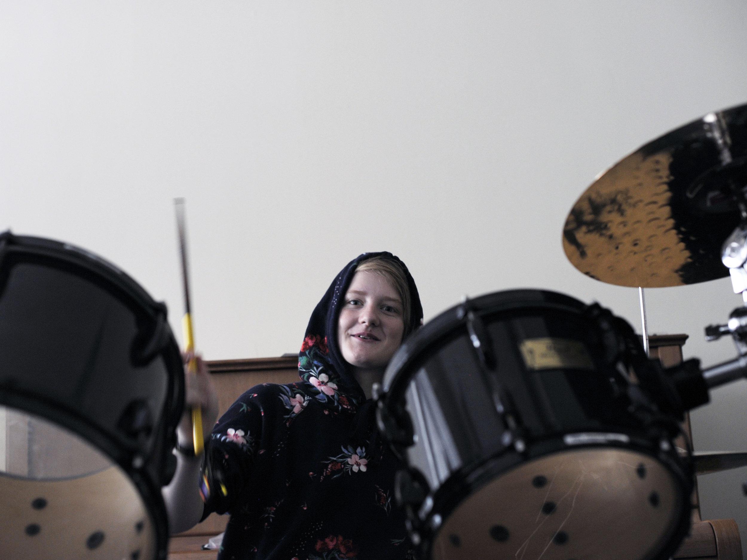 Amalie har vært på LOUD flere ganger, og fikk prøve seg bak trommesettet i Berlin. Photo: Małgo Grygierczyk