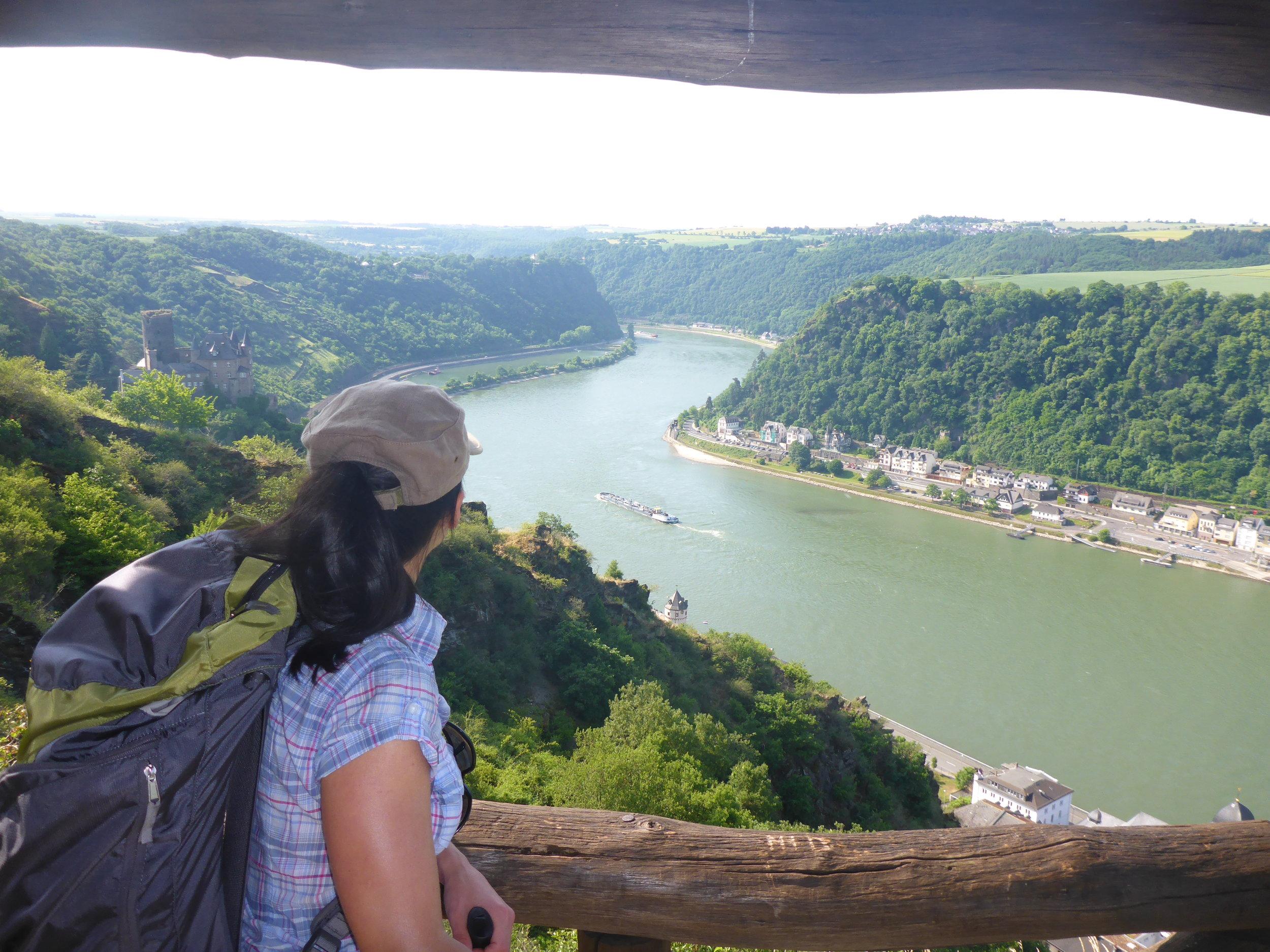 Rheinsteig_Rheinblick_Burg Katz_Wanderer_1.JPG