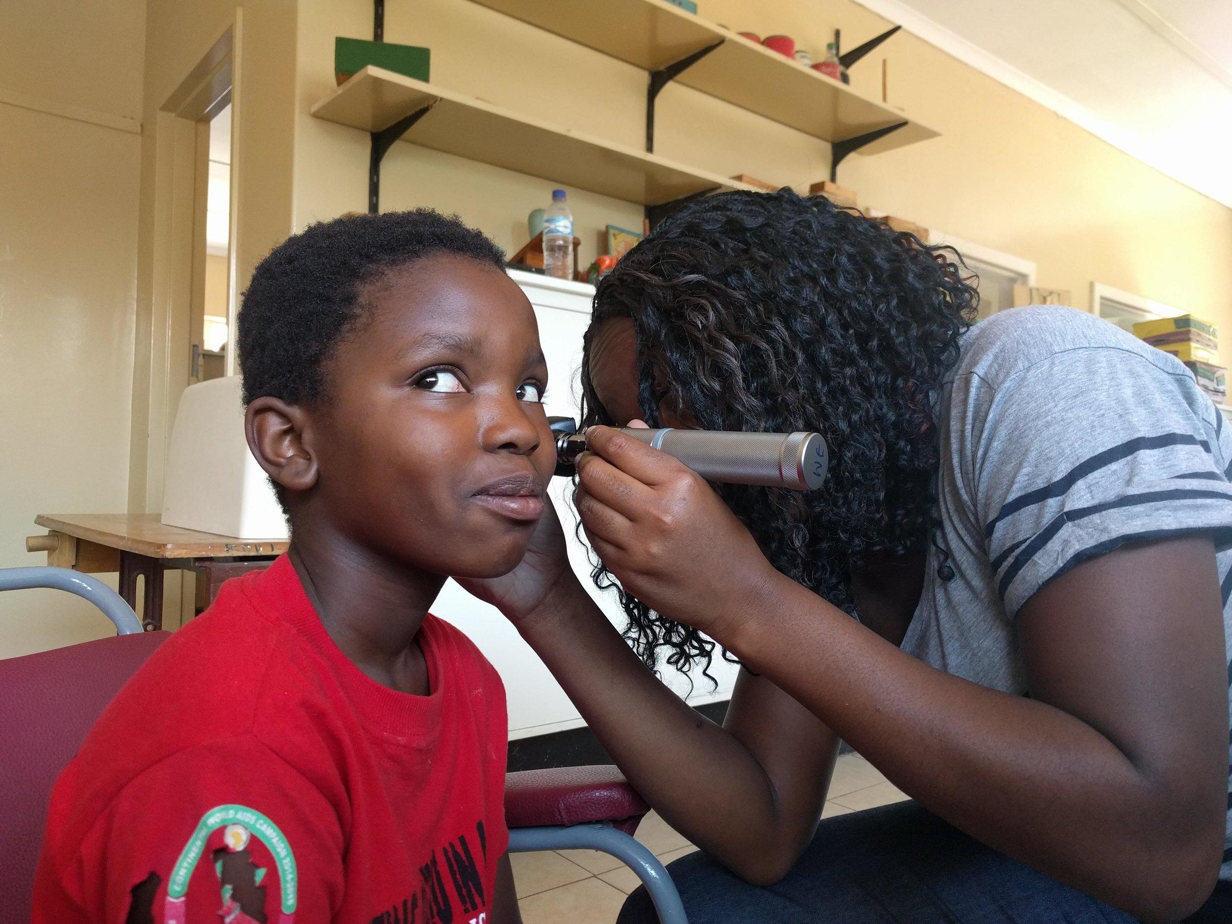 Entrega  Capacitamos a mujeres locales para proporcionarle la distribución de audífonos en su país.