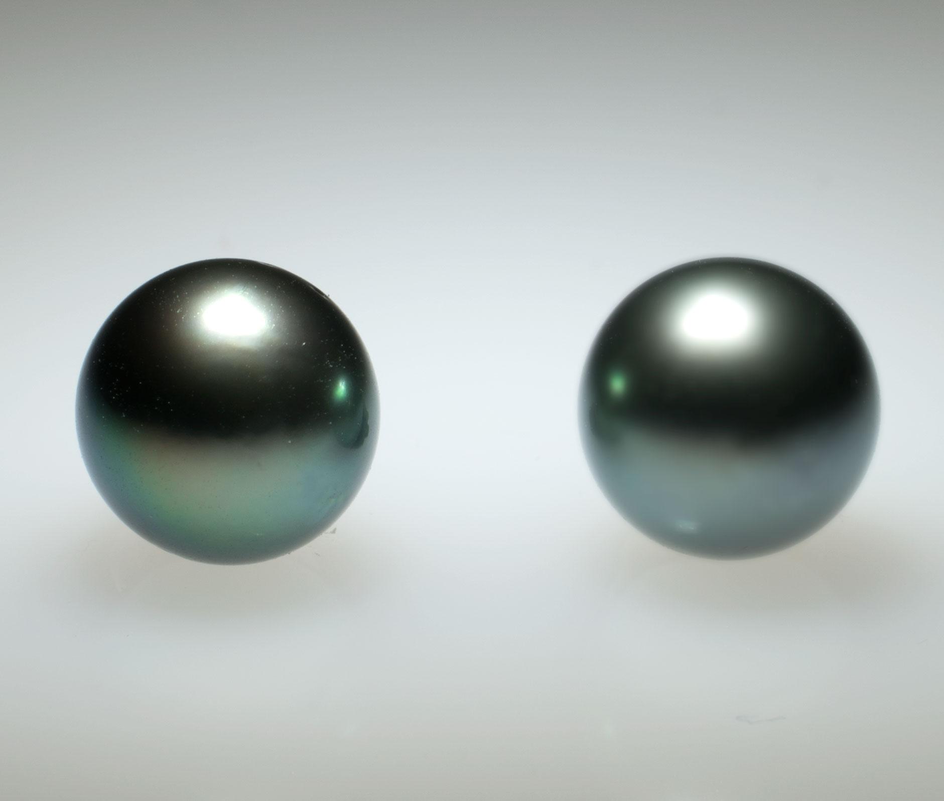 Links sehen sie eine qualitativ hochstehende Perle. Rechts sehen Sie eine Perle minderer Qualtät.