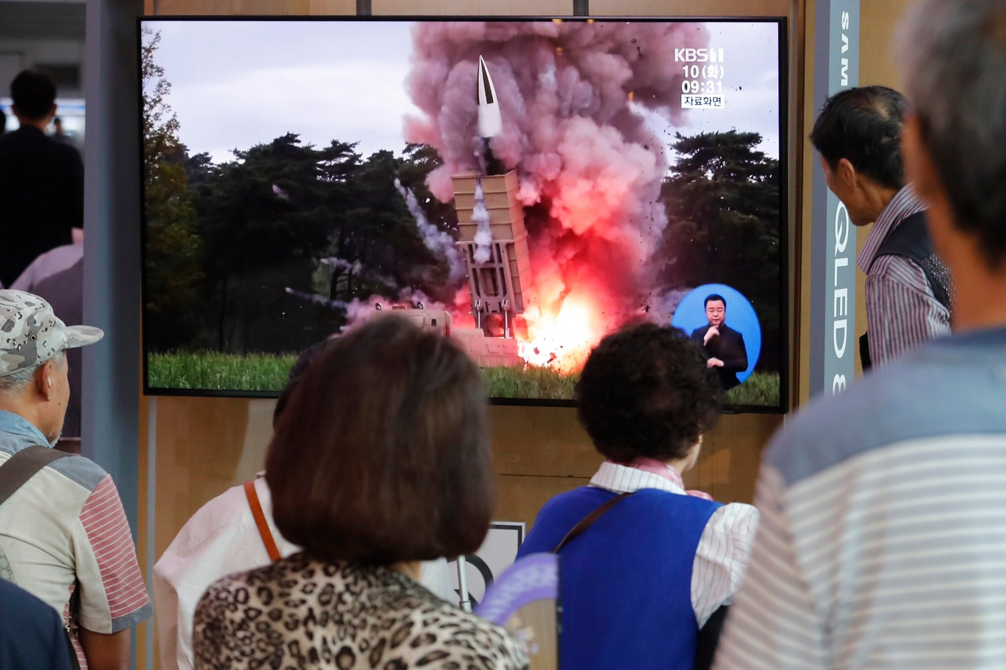People at the Seoul Railway Station Tuesday saw a file image of a North Korean missile launch on a TV program. Photo courtesy: Ahn Young-Joon/Associated Press
