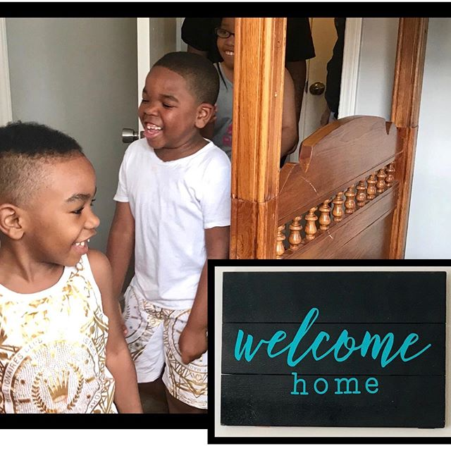 It was all smiles today as we welcomed home three littles and one mama to their newly furnished home. In less than five hours, Humble Design transformed this empty house in to a home for the Stringer family. This silly foursome filled our hearts with hugs, laughter and many thanks🧡  To join us for a Fri-YAY or to learn more about Humble Design, visit us at https://www.humbledesign.org/chicago  #humbledesign #humblewarriors #dogood #makeadifference #tuesdaytreasure #giveahorseahome