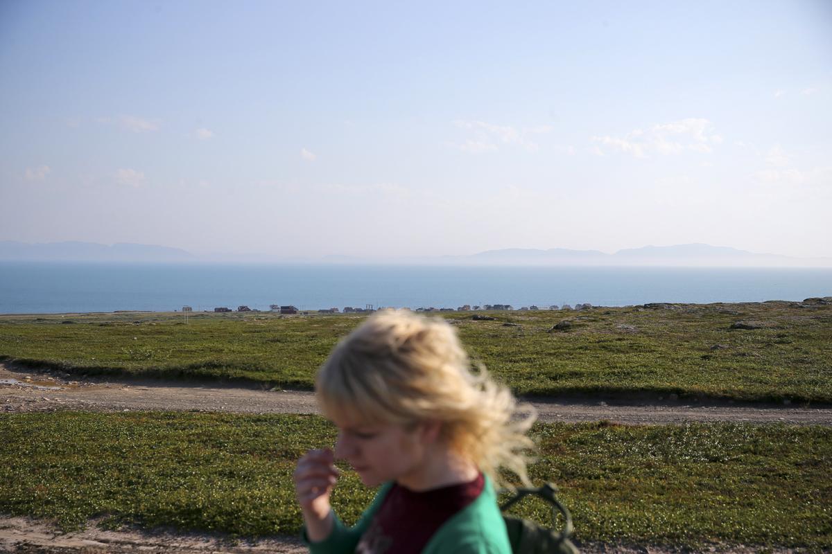 - Eg likar meg her. Det bur mange unge folk her.  Nina er 32, og kjem frå Levanger. Ho flytta til Vadsø for eit år sidan, etter å ha fullført samiske språkstudier. Ho har nettopp kjøpt seg eit hus ved fjorden i Golnes.