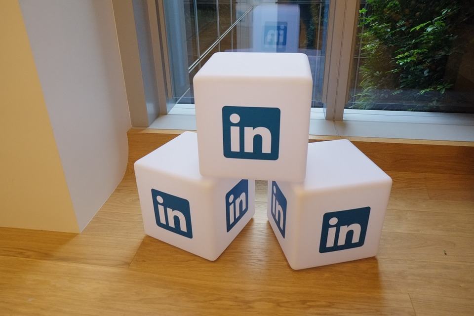 Writing a LinkedIn Headline that Stands Out