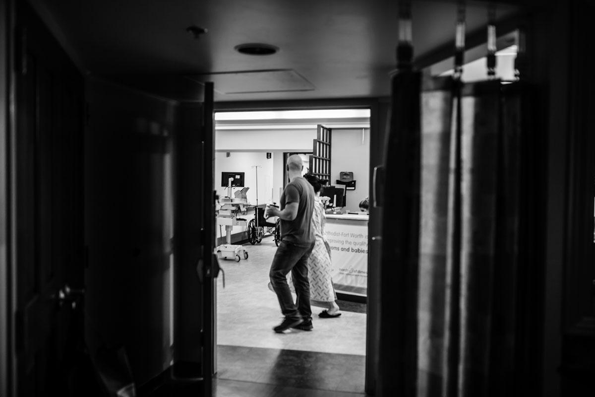 walking-through-labor-pains-dfw-birth-photographer-harris-methodist-fort-worth