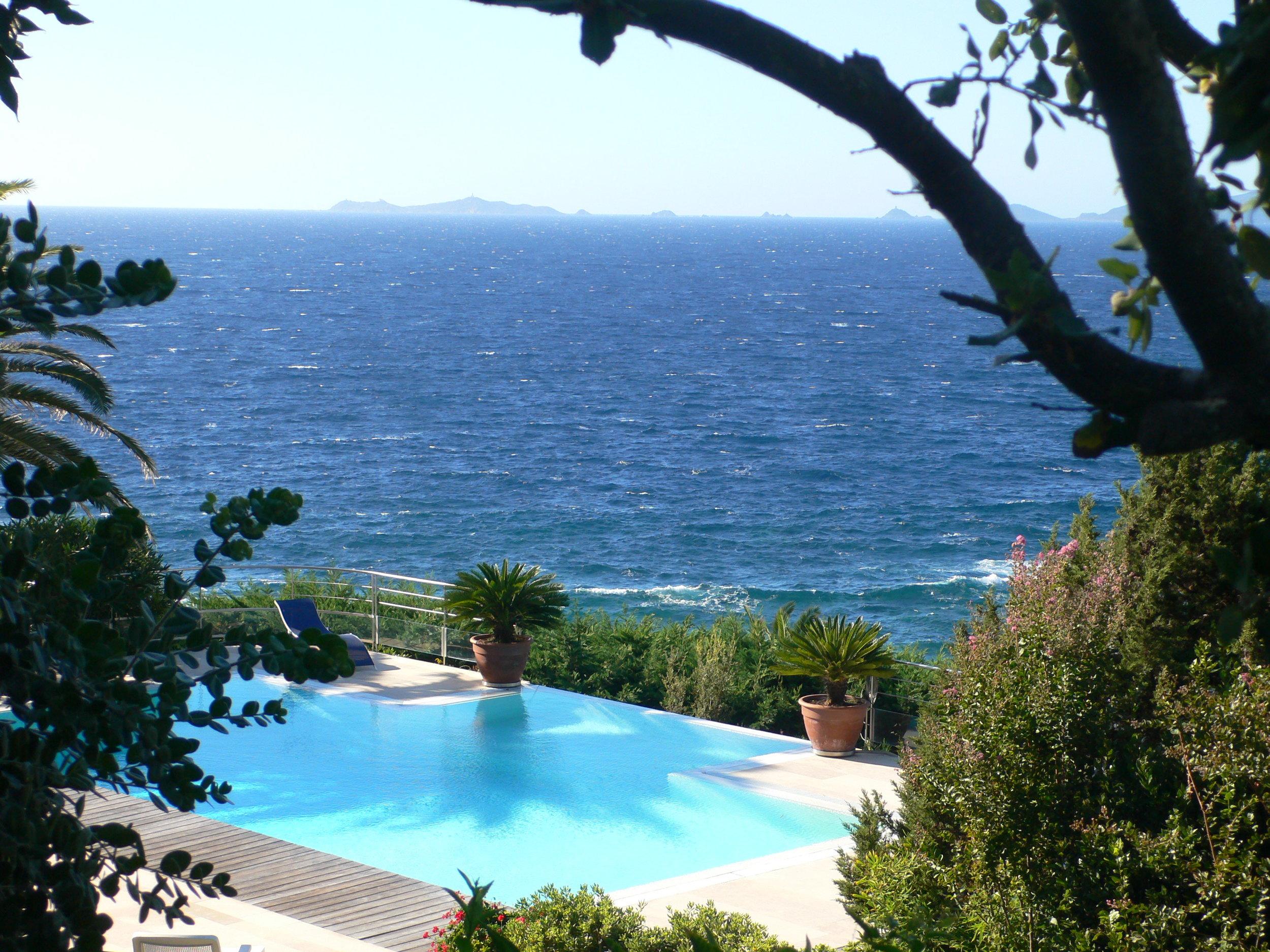 Ansicht auf Pool, Meer und Sangionaires Inseln